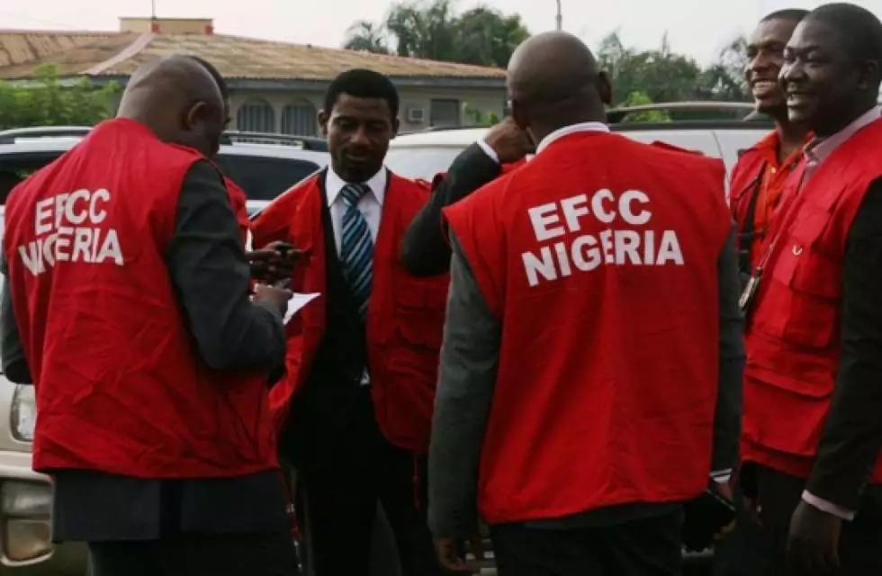 "EFCC arrests 9 ""yahoo boys"""