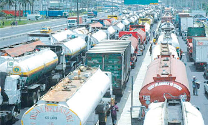 Gridlock: Over 3,000 trucks back on Apapa roads