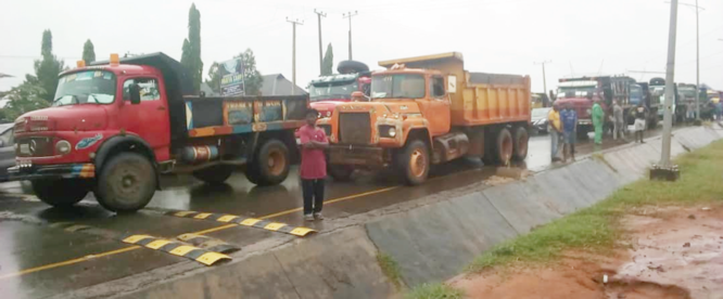 Alleged extortion: Over 200 tipper drivers block Enugu-Awka-Onitsha Road for 3 hours