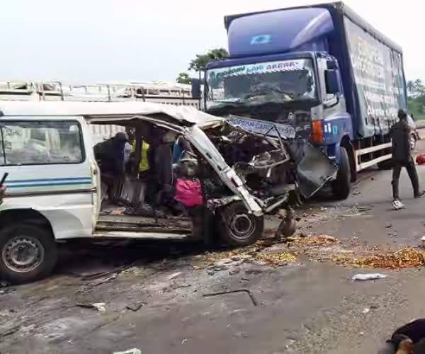13 killed, 10 injured as truck crushes two buses on Lagos-Ibadan Expressway